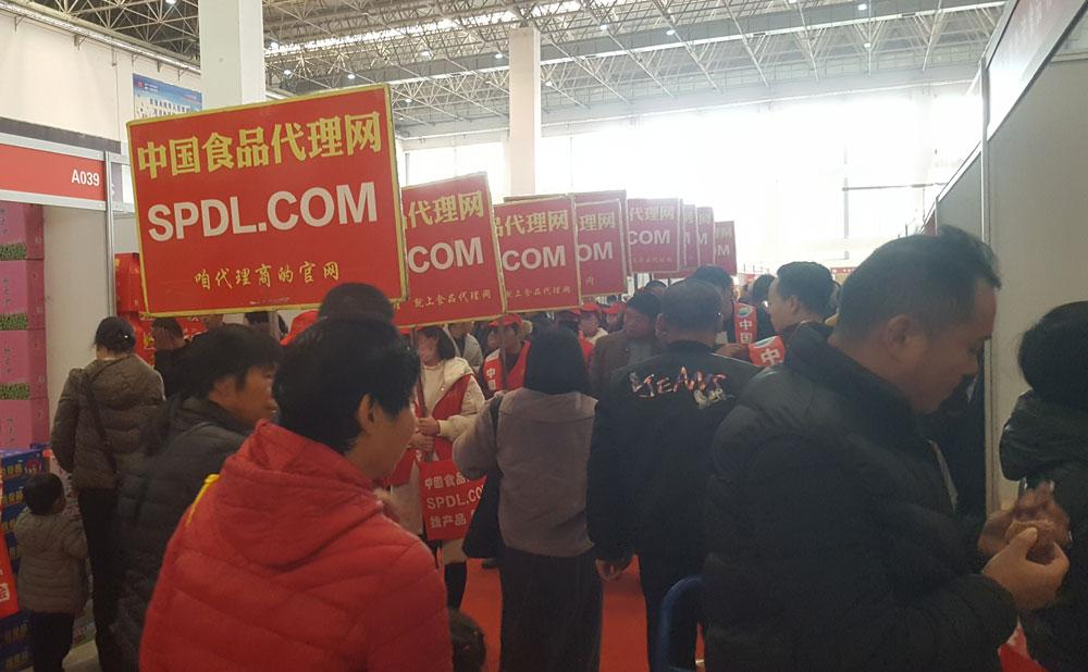 穿梭在人流中的中国食品代理网宣传队伍