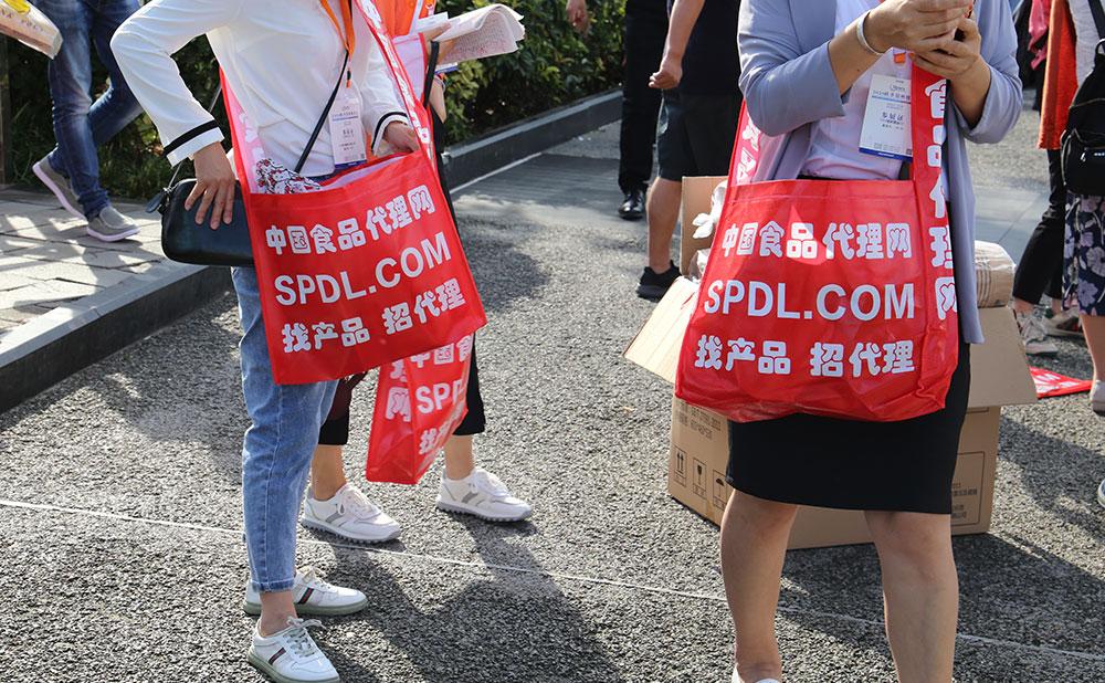 食品代理網宣傳袋很受歡迎,人手一個