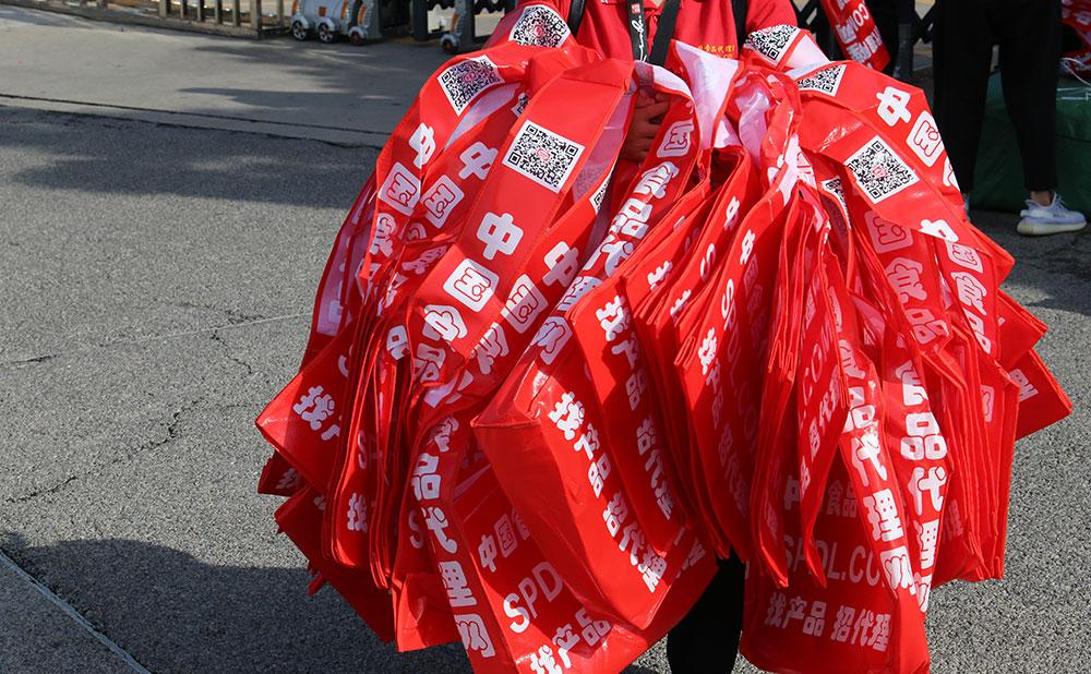 鮮紅的宣傳袋非常亮眼哦