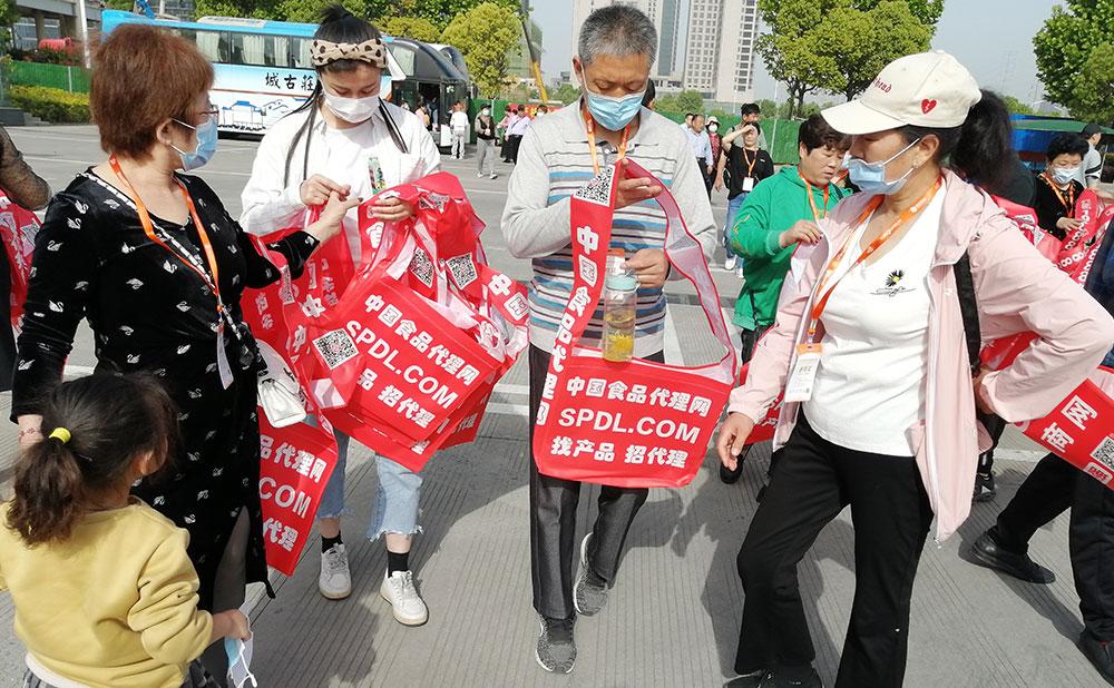 大人小孩都喜爱,排队领取宣传袋