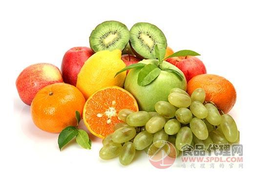昨日,記者來到城區陽光城市花園內一家開業近一年的水果店,映入眼簾的是精致的裝修、冷清的店面和撲面而來的水果芳香。店主馬先生告訴記者,以前他在劉莊市場擺攤賣水果,由于生意不好,就租了個門面將水果生意整體搬入了室內。開這個水果店不僅是為了賣水果,而是采用集銷售水果、果汁、果切和外送于一體的模式,市民不用來店里購買,在家就可以用手機APP定位周邊商鋪。   馬先生告訴記者,水果店投資不大,只要把保鮮做好,以降低壞果率,其他不需要什么技術。剛開業時,生意異常火爆,每天進店的顧客絡繹不絕,其中外送占了很大