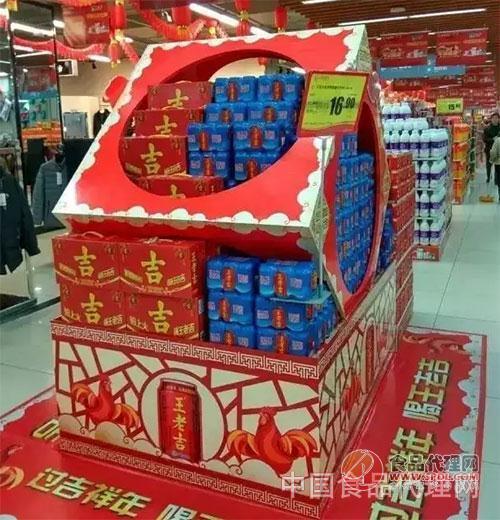 王老吉延续以往的大红大吉,把堆头创意陈列,在超市中规中矩的陈列中图片