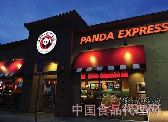 1983年,熊猫快餐创办人程正昌在给自己的快餐店起名时,他想到中国的国宝熊猫。正好当年中国政府送给美国动物园两只大熊猫,熊猫在美国一夜之间成为明星。目前,熊猫快餐在全球拥有连锁店2000家,年营业额高达数十亿元。 起点:用中国式的热情俘获美国人的心 熊猫快餐的创办人、数学系研究生程正昌,在毕业之前恐怕自己都没想到,有朝一日会投身于餐饮业,并成为中式快餐大王。此前, 他唯一与之相关的经历就是在堂兄的餐馆里打工。我干这行其实很偶然。毕业那年,我有位堂兄在洛杉矶买了一家餐馆,开张在即却仍找不到适合的前