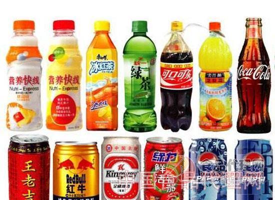 芬达新包装登陆国内市场 去年6月,芬达汽水(Fanta)率先在波兰、意大利和塞尔维亚推出了全新的LOGO和包装设计。最近,小编发现芬达在国内已经开始售卖带有新LOGO和新包装的芬达产品。为了能够明显的区分不同口味的产品,除了不同的饮料颜色外,新包装的LOGO右下角会根据不同口味的产品变化图案,比如橘子、菠萝等。而此次升级的新包装采用螺旋形状的PET瓶身设计,并且新包装的含糖量减少了三分之一。新包装有500毫升和2升两种规格。据了解,新包装瓶身由美国NICE设计公司负责设计。 孝义王老吉46款产品首发 4