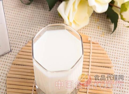 羊奶的好处有哪些 1、容易消化吸收 据研究分析得出,羊奶的营养成分接近于母乳。相比起牛奶,它的营养成分不但要高,而且更容易被人体消化吸收。婴儿对羊奶的消化率可达94%以上。 2、防止便秘 羊奶中的脂肪粒比较小,蛋白分子结构也比较小,因此在肠胃中的停留时间也会相对缩小。