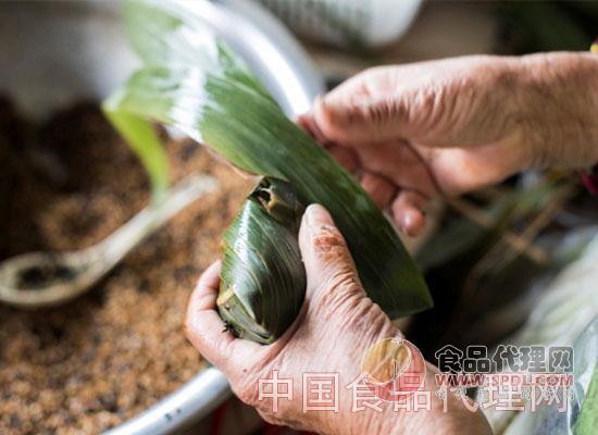 想要吃粽子就要学会包粽子,那么包粽子的步骤有哪些呢?