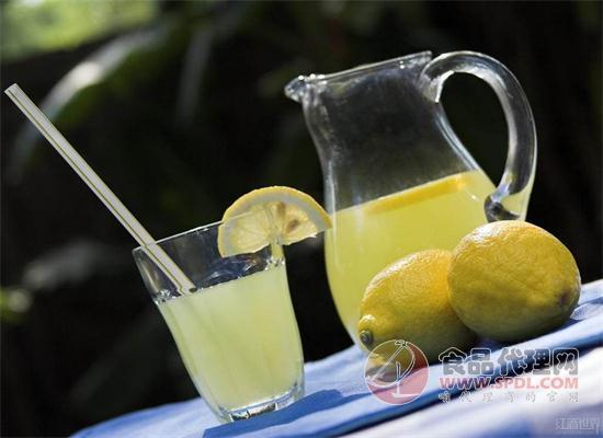 夏季饮食|每天一杯柠檬水 健康活力每一天