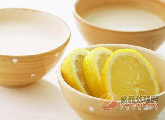 柠檬水和牛奶可以一起喝吗?