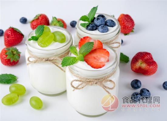 喝酸奶不仅要看好酸奶的好处,什么时间喝好也要注意!