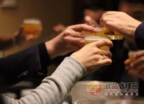 为什么大家喜欢喝酒?酒并不好喝关键是氛围让人放松!