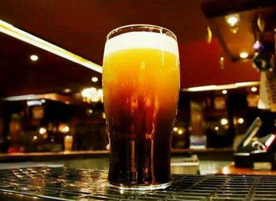 黑啤酒的功效有很多,体验一把边喝酒边养生