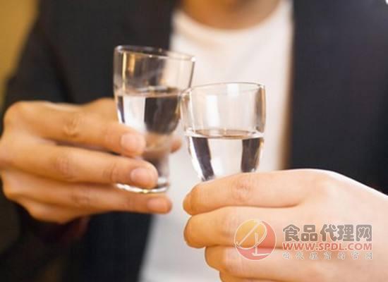 喝酒不忘学规矩,学会酒桌礼让尬聊不复存在!