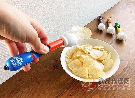 吃薯片不想脏手怎么办?Takara Tommy推出一款特殊的设备
