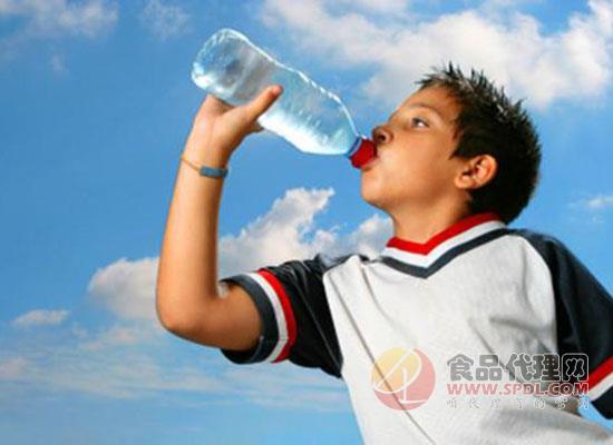 各大饮料品牌开发创新,入局饮用水市场