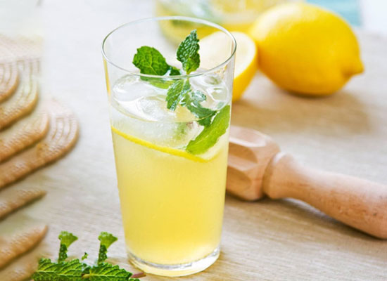 蜂蜜柠檬水隔夜能喝吗,保存温度和环境是关键