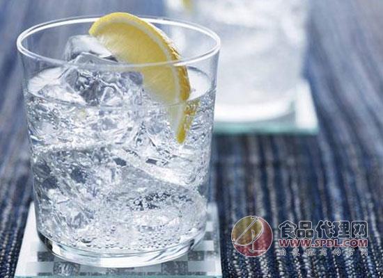 运动饮料喝多了有什么坏处,饮用运动饮料需要注意什么